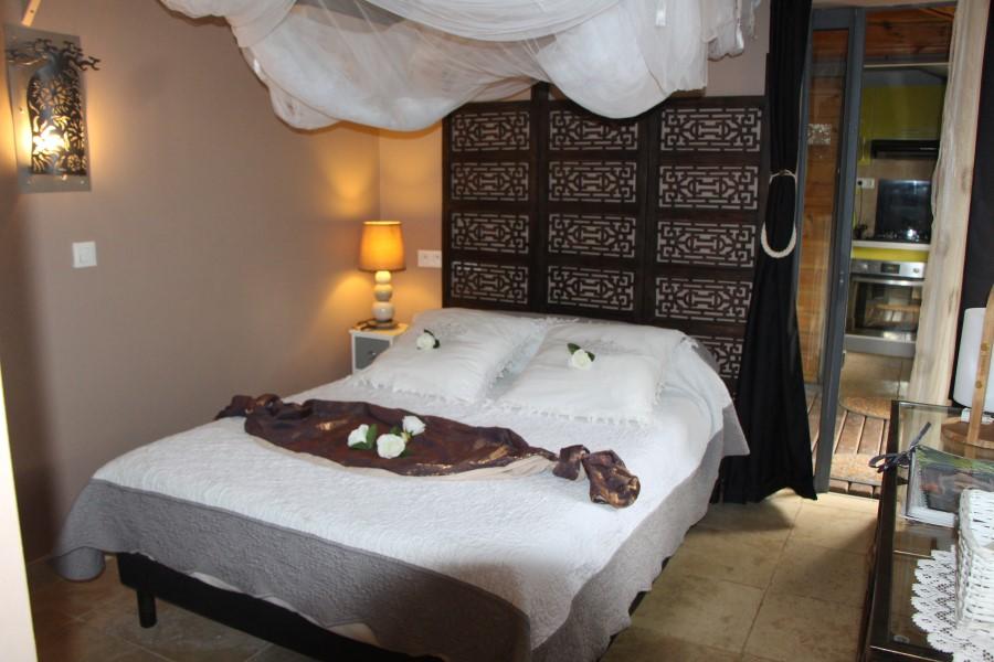 lit du lodge ylang avec moustiquaire