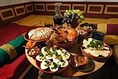 Ein Tisch mit diversen Speisen gedeckt.