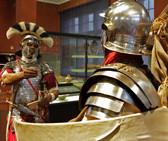 Zwei Ritter in ihren glänzenden Rüstungen sprechen miteinander.