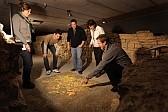Eine Gruppe spielt vergnügt zusammen ein römisches Spiel.