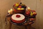 Desserttisch mit Früchten und Kuchen.
