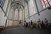 Innenansicht der Klosterkirche Königsfelden mit ihren farbigen Glasfenstern.