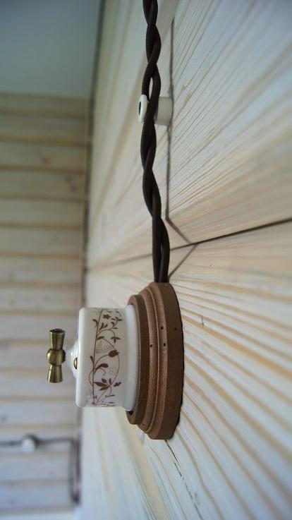 брашировка стен в деревянном доме шале