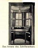 """Schiller-Erker mit historischem Schiller Tisch, an welchem Friedrich Schiller regelmäßig Speis und Trank sowie der Überlieferung nach Teile seines Freiheitsepos """"Die Räuber"""" verfasste."""