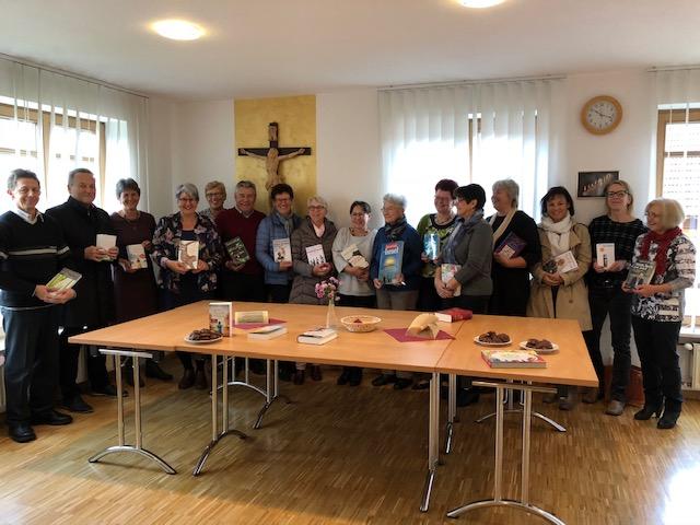 Das Büchereiteam um Elisabeth Wagner-Engert freute sich, dass viele Interessierte nach dem Gottesdienst den Weg in die katholische Pfarrbücherei Ellgau fanden