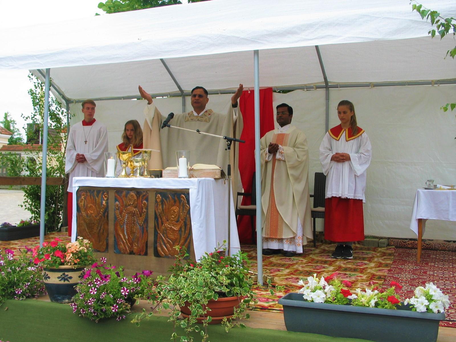 Pater Norman (am Altar) und Pater Jino feierten den Festgottesdienst mit vielen Gläubigen zum Patrozinium der Klosterkirche Holzen