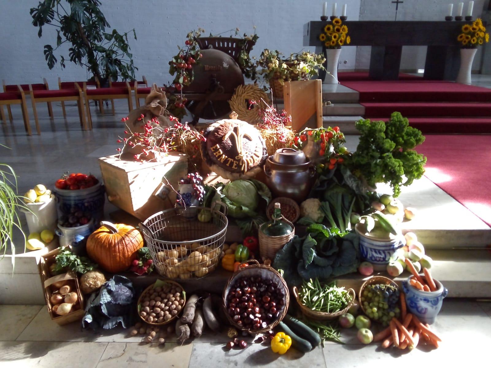 Martina Schmidt-Dima sowie Normen, Renate, Jakob und Ferdinand Grundgeir gestalteten auch in diesem Jahr den Erntedankaltar in der Pfarrkirche Christkönig in Nordendorf