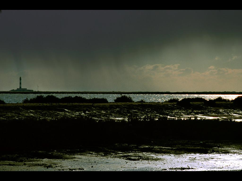 L'orage est au sud, sur la mer.