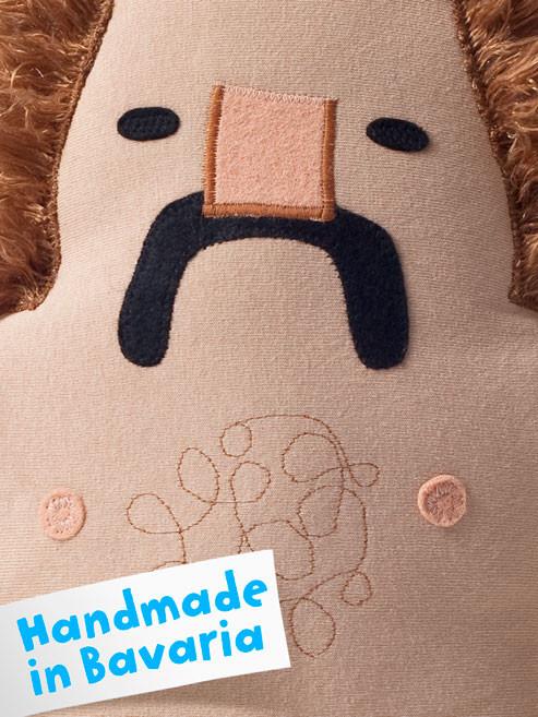Brustbehaarung Designer Toy Manni, die Plüschfigur mit Schnauzbart und Feinrippunterhose von Frank Schulz Art, Handmade in Bavaria