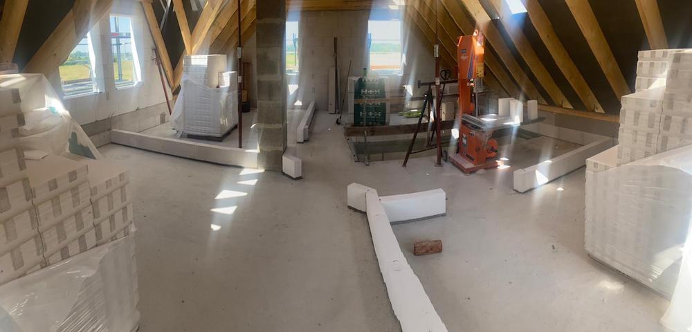Blick durch das Obergeschoss: 2 Schlafräume, ein Badezimmer und ein Wellnessraum mit Sauna.