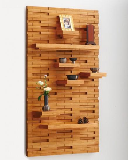 クラウドライト無垢を贅沢に使用したパネルは、お洒落な空間を創りだす究極の薄型壁掛け仏壇。7枚の棚をお好みの位置にセットできます。
