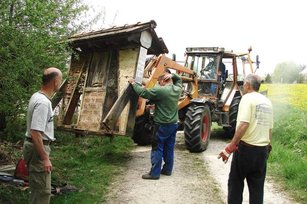 Das Wildbienenhotel wird mit dem Traktor versetzt