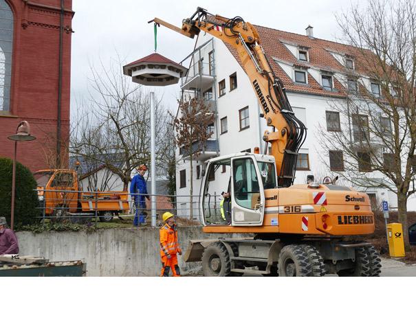 Am Gemeindeplatz in Staig errichtet die Gemeinde auf Vorschlag des BUND ein Schwalbenhaus