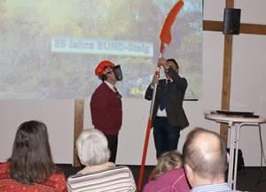 Bürgermeister Jung überreicht das Geschenk der Gemeinde Staig zum 35. Geburtstag