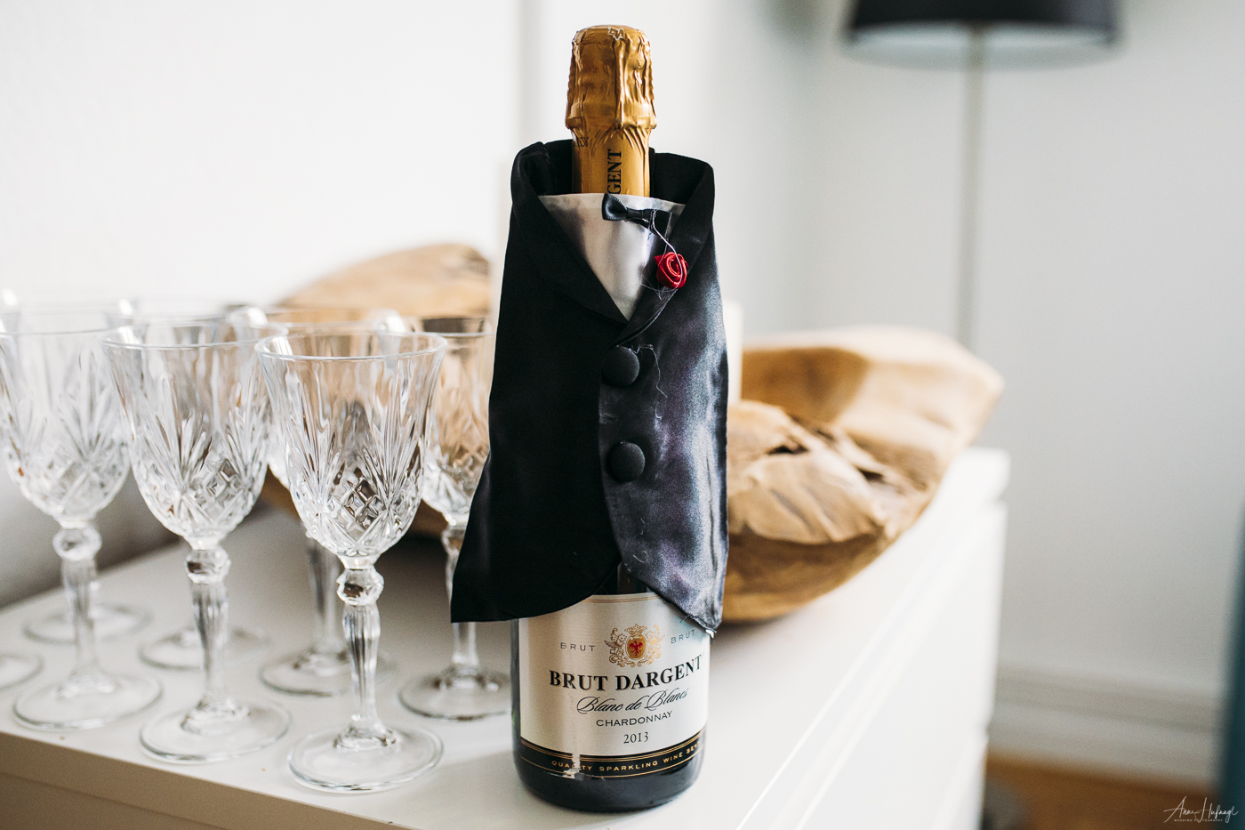 Sektflasche mit Bräutigam-Deko | Fotografin: Anne Hufnagl, Hamburg | Hochzeitsfotografie