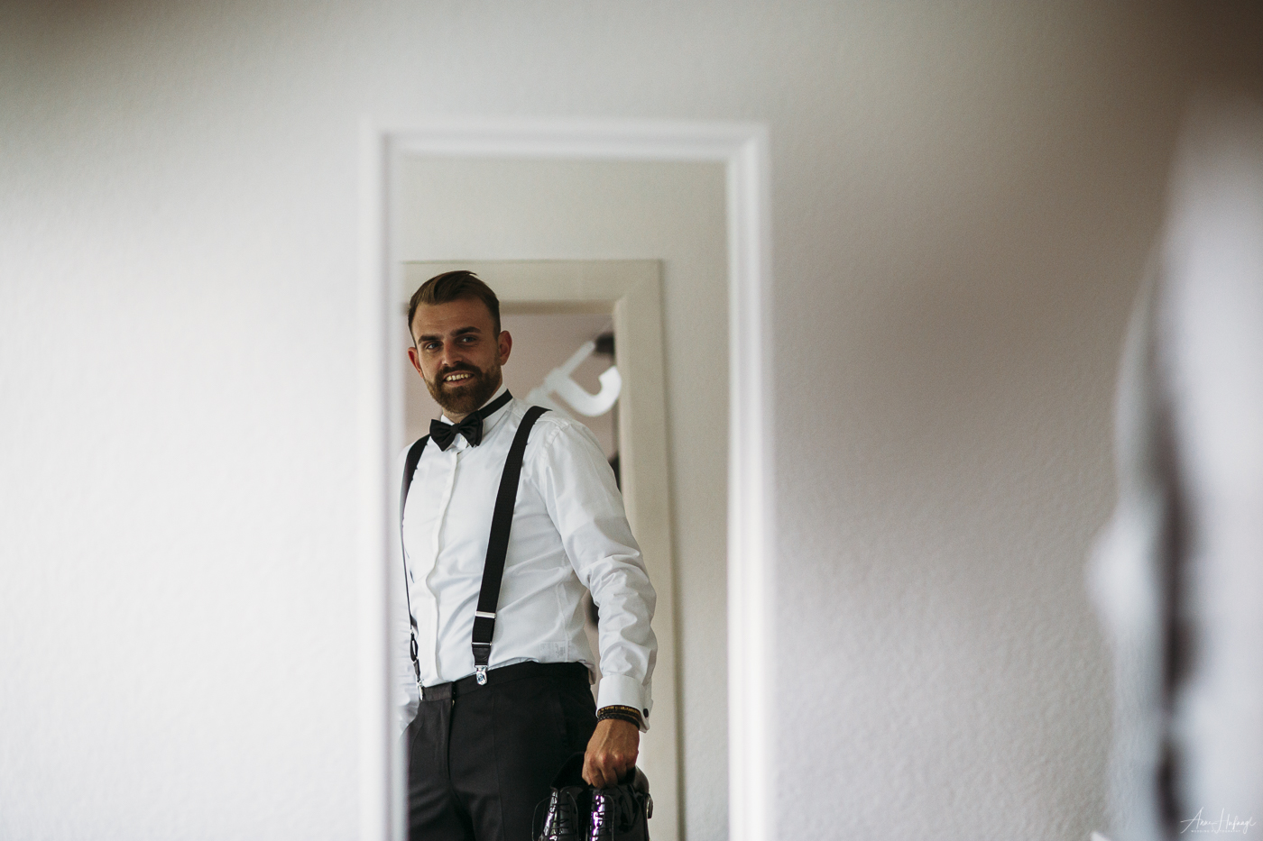 Groom getting ready | Wedding Photographer Anne Hufnagl from Hamburg, Germany | Contact: anne@romanticshoots.de