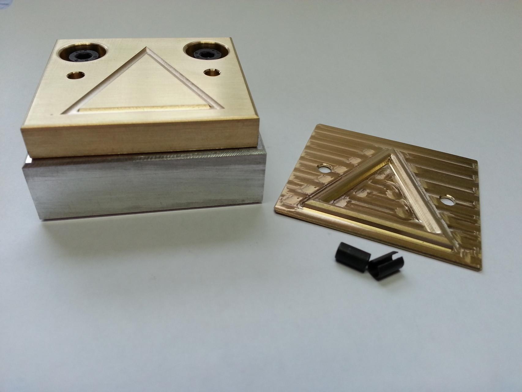 Blindprägestempel mit Aluminium-Fundament und Patrize aus Messing