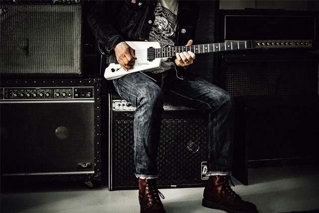 Amplificateurs de guitare et guitariste qui joue sur scène