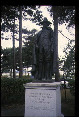 プリマス植民地の総督・歴史家のウィリアム・ブラッドフォードの銅像(1987年8月28日)。濱田雅子撮影。