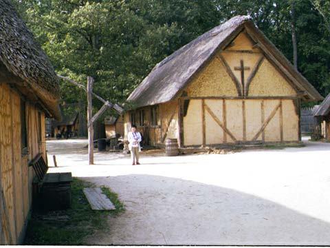 ジェームズタウンの復元された住居(1999年7月)。