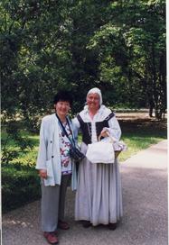 17世紀の植民者の女性に扮するガイドと共に。ジェームズタウンにて(1999年7月)