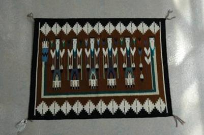 イェイ(精霊)が織り込まれたナバホ織物。濱田雅子所蔵。