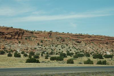 荒涼としたナバホ保留地の景観(アリゾナ州、ツェリにて。2006年6月)。濱田雅子撮影。