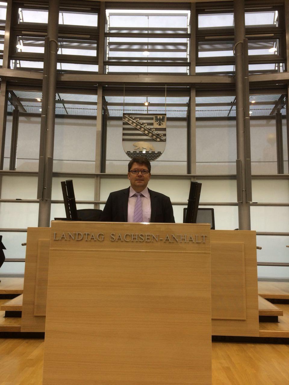Thomas Jaeger hinter dem RednerInnenpult im Landtag Sachsen - Anhalts
