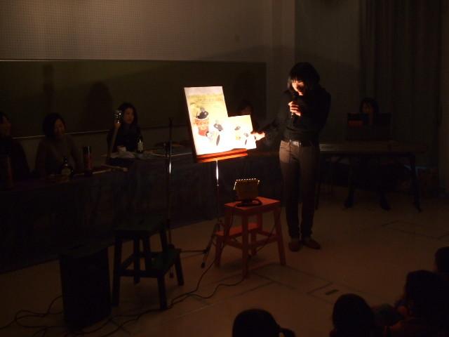 手作り大型絵本は出版社の許可をいただき制作しています。写真の本は「アレクサンダとぜんまいねずみ」レオ=レオニ作、好学社
