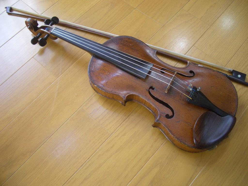 バイオリンでいろんな音を入れます。キレイな音楽から橋がきしむ音、サイレンの音まで。