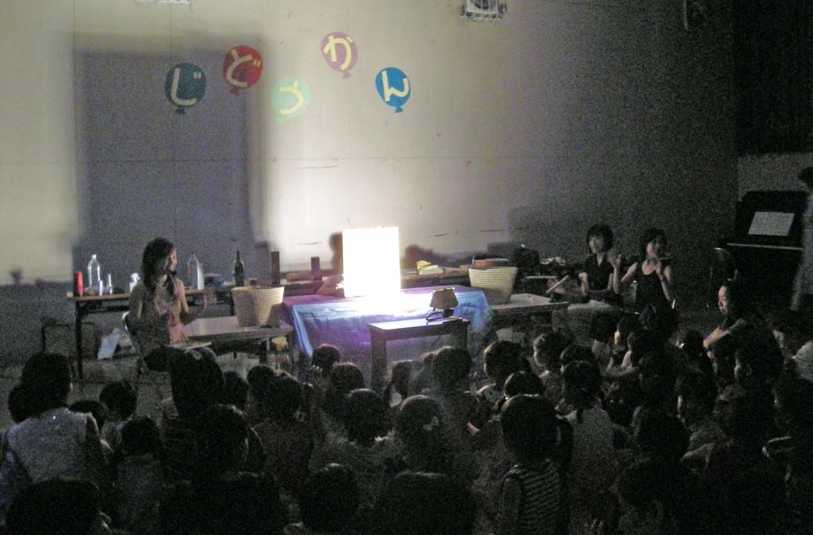児童館でお話会を開いたときの様子。部屋いっぱいの親子の皆さんで盛り上がりました。