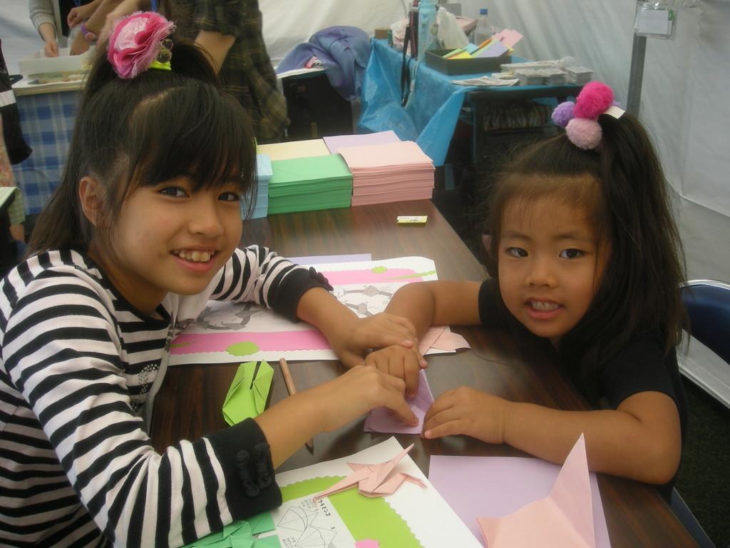 おりがみプロジェクトも協力。かわいい姉妹、折り紙中!