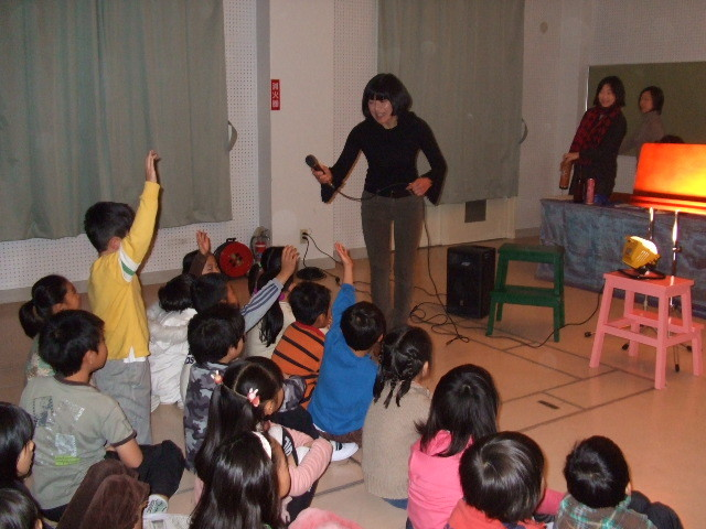 小学校授業での公演。音あてクイズに、子どもたちは真剣!!