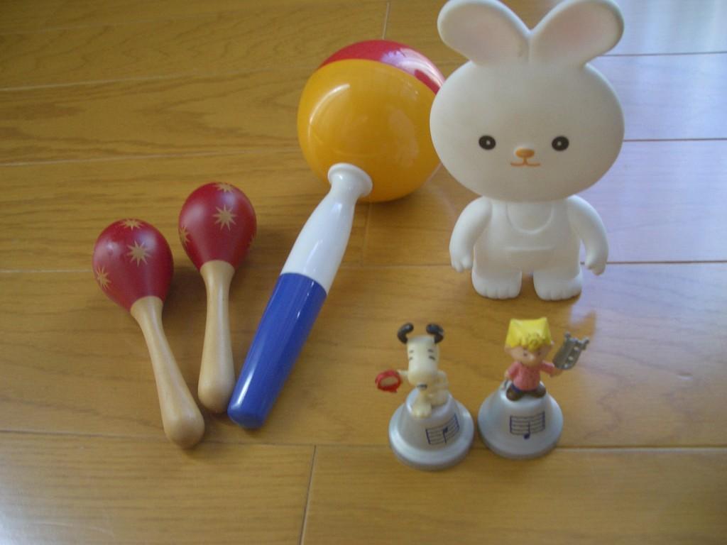 赤ちゃんの鳴り物おもちゃも絵本にぴったりです。