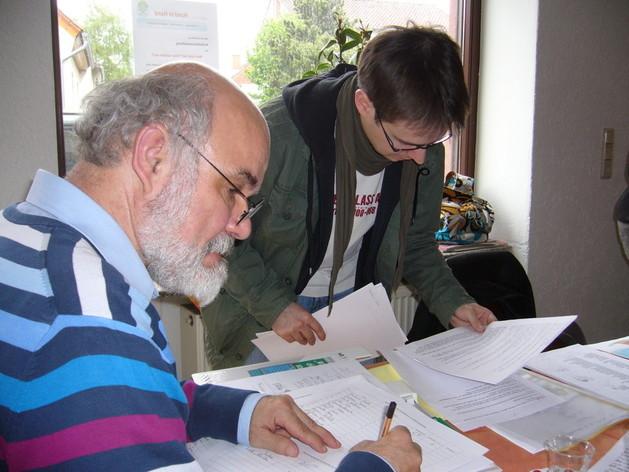 Hanspeter Straub und Tobias Morath sind mit den Listen beschäftigt.