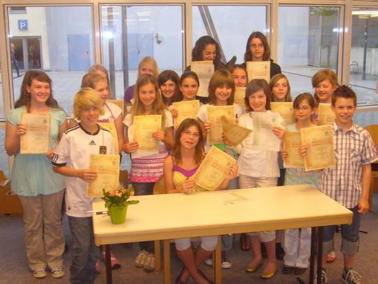 """Nun ein Gruppenbild der anwesenden jungen Autorinnen und Autoren! Ein """"lebendiges"""" Dokument auf dem Weg zum Frieden 2010!"""