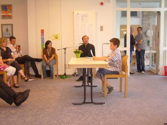 Neben 8 anderen jungen Autorinnen und Autoren liest beispielsweise Jan - Eric Langenbach seinen Text vor und erntete  einen großen Applaus!