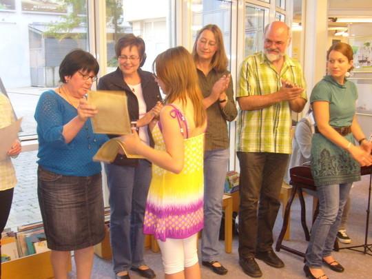 Irina Holstein gratuliert einer Schülerin.