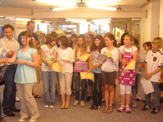 Anwesende Autorinnen und Autoren wurden namentlich gerufen und geehrt.  Sie bekamen Urkunden und Gutscheine zum Besuch eines Schreibkurses.