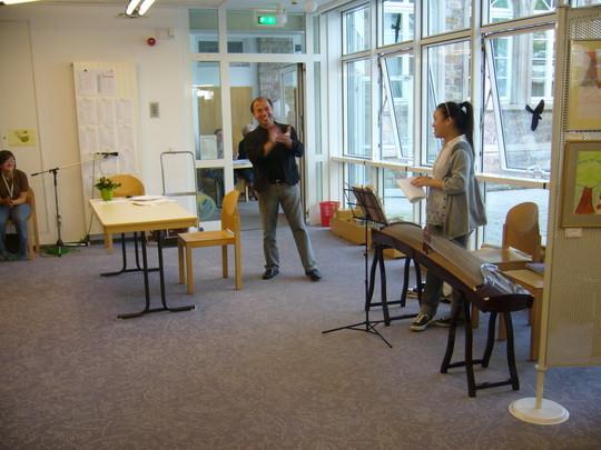 Mailin bekam einen großen Applaus und stellte ihr Instrument dem Publikum vor.
