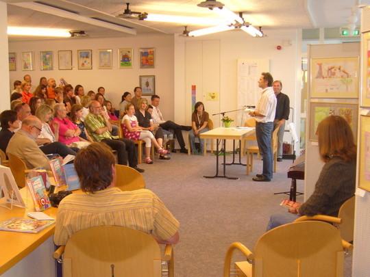 Nach der Begrüßung und Eröffnung der Veranstaltung durch Mehmet Kilic hieß Herr Meisel, Leiter der Stadtbibliothek, die Gäste herzlich Willkommen und hielt eine schöne Rede.