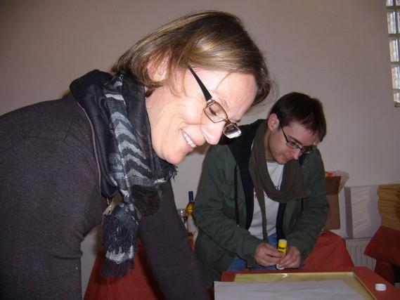 Katharina Vewers und Tobias Morath bereiten die Listen vor.