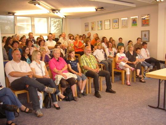 Zur Autorenlesung kamen etliche Interessierte neben den Jungen Autorinnen und Autoren, deren Eltern sowie Lehrerinen und Lehrern.