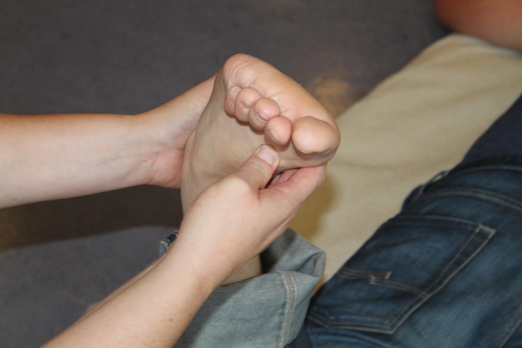 Kin'Kou Shiatsu Kehl Strasbourg: point Foie 3. Indications thérapeutiques: troubles menstruels, incontinence, troubles urinaires, crises d'épilepsie, douleurs et troubles de la mobilité du pied...