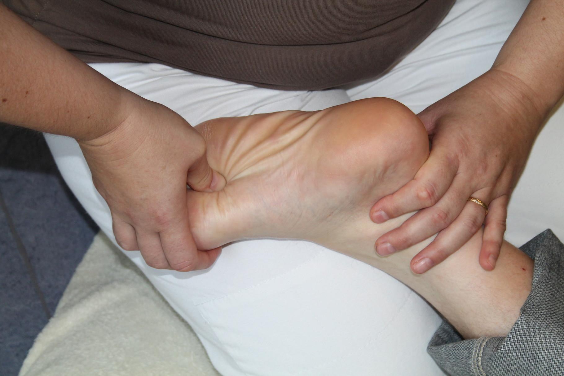 Punkt Niere 1.  Hilft bei Mandelentzündung, verdorbener Magen, Bauchschmerzen, Beschwerden beim Harnlassen, Rachenentzündung, Nierenentzündung ...