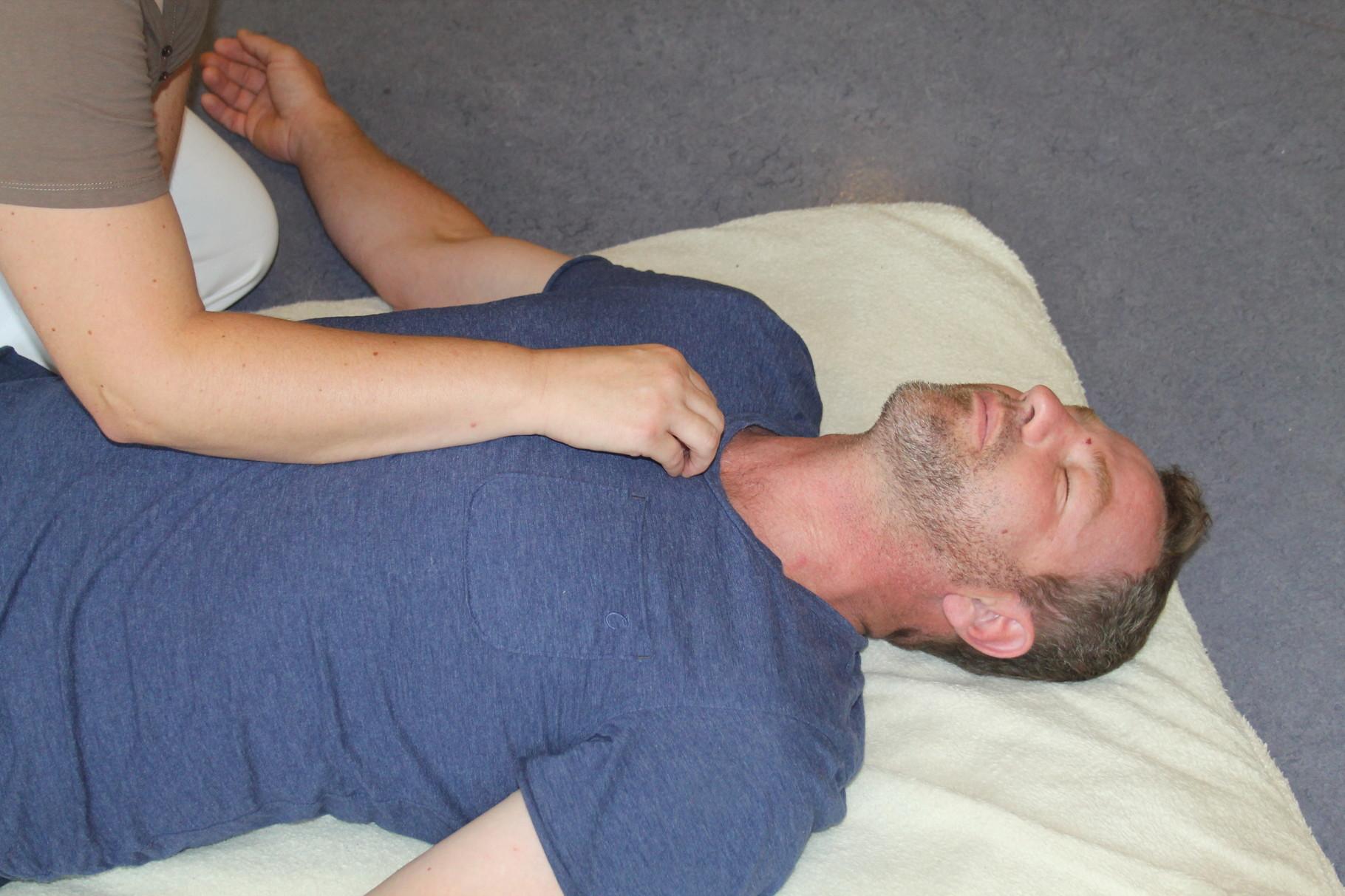 Der Punkt Kg 22 (Himmelskamin). Hilft bei  Asthma, Bronchitis, Pharyngitis ...