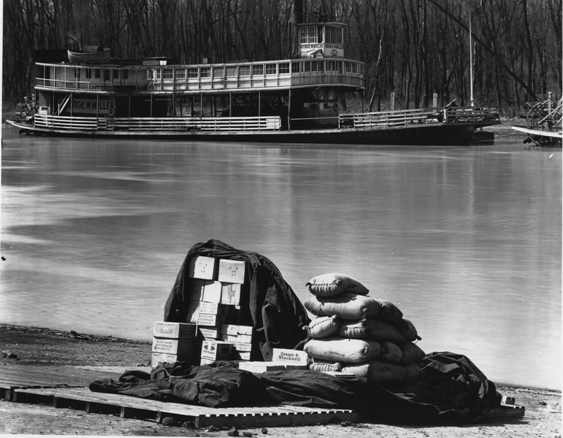 © Walker Evans, Mississippi River Steamboat. Ferry and wharf goods, Vicksburg, Mississippi, Februar 1936, LC-USF 342 TOI 1301
