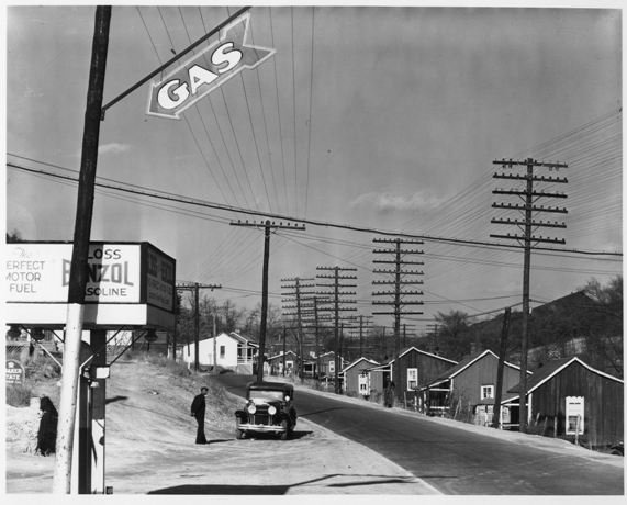 © Walker Evans, Roadside View, Alabama Coal Area Company Town, Miners´ houses near Birmingham, Alabama, 1936, LC-USF 342 TOI 1156