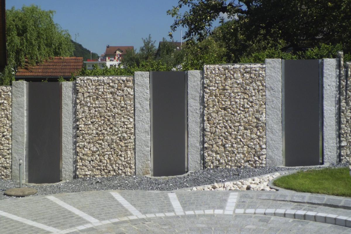 Gabionen (Steinkörbe) kombiniert mit Granit und Argolite