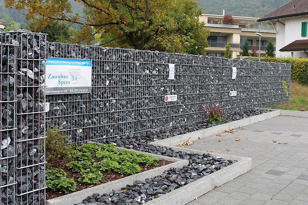 Parkplatz mit Gabionenmauer